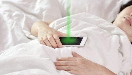 Djevojka spava dok se kradu podaci s mobilnog