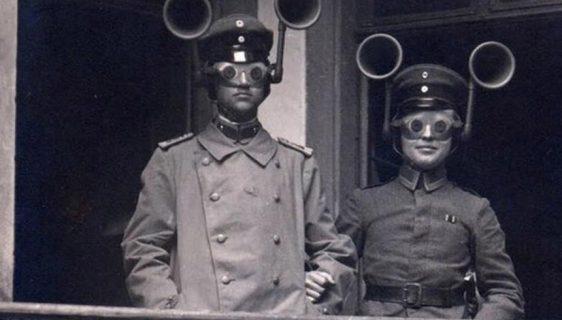 Uz pomoć neobičnih uređaja vojnici osluškuju moguć prilaz neprijateljskih aviona 1914