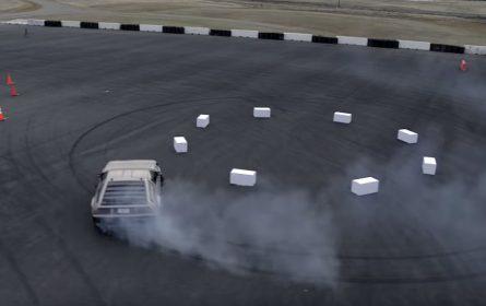 Pogledajte kako autonomni DeLorean drifta po pisti