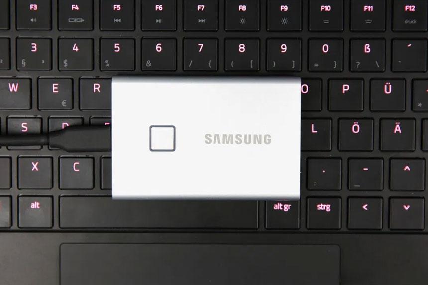 Samsungov eksterni hard disk SSD T7 Touch ima čitač otiska prsta