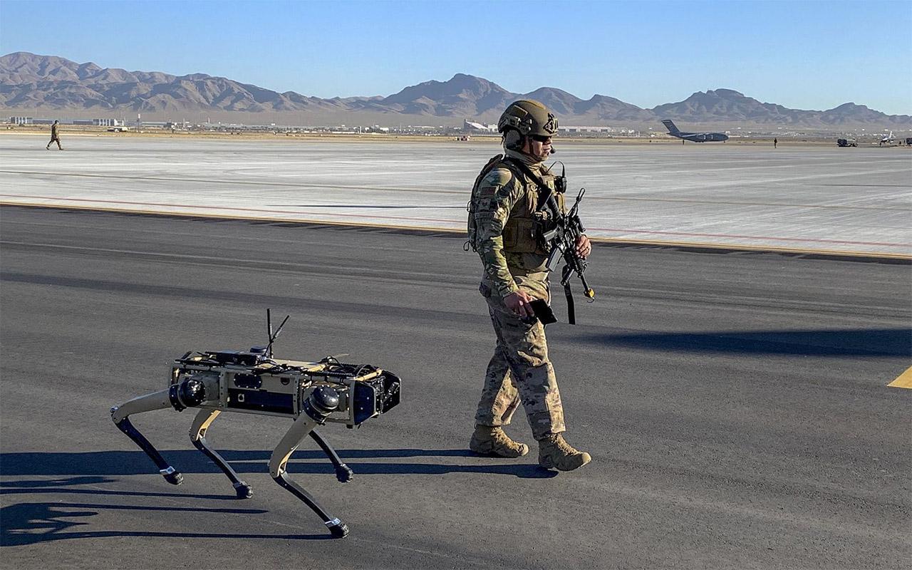 Američki vojnik i pas robot zajeno u patroli
