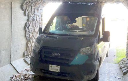 Dostavljač slijepo slušao GPS pa se kombijem zabio u tunel