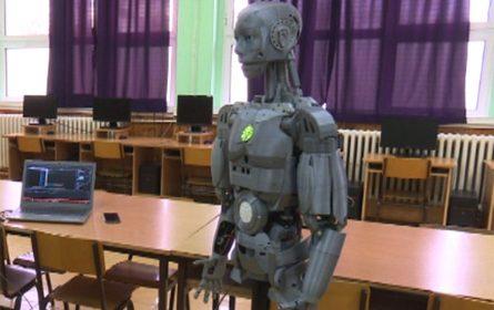 """Srednjoškolac iz Kikinde i robot """"Hjugo"""" pobijedili na takmičenju u Budimpešti"""